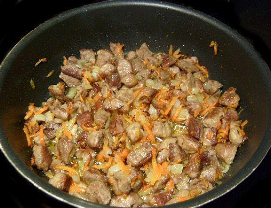 выложим пассерованные овощи к свинине