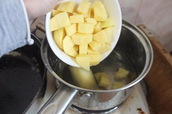 Складываем нарезанный картофель в кастрюлю