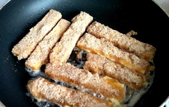 Обжариваем сыр на масле сливочном