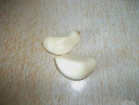 Очищаем чесночные зубчики от шелухи