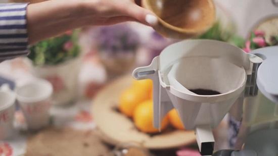 В специальный отсек насыпаем молотый кофе