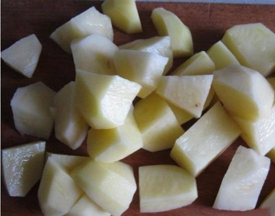 Шинкуем корнеплоды небольшими кубиками