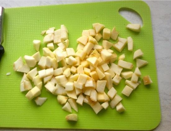 Измельчаем яблочную мякоть кубиками