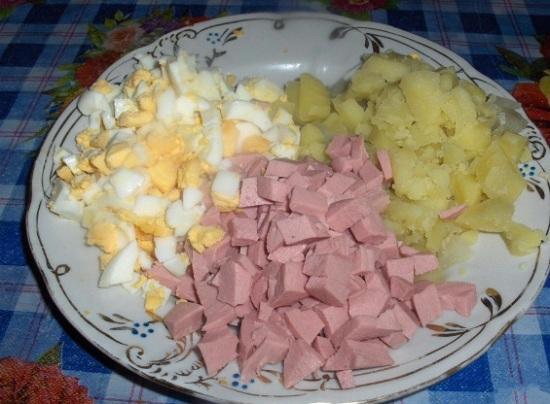 Картофель, яйца и колбасу шинкуем