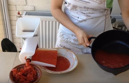 Выдавливаем из томатов сок