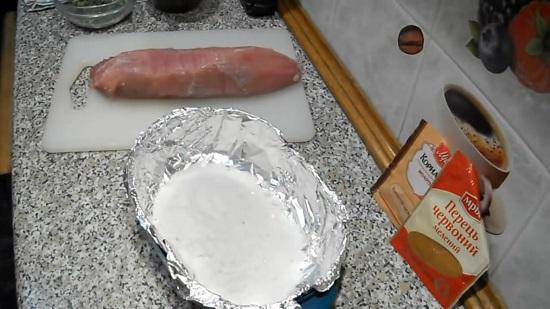 Высыпаем в подготовленную форму 500 г крупнозернистой соли