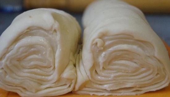 Смазываем тесто оставшимся сливочным мягким маслом