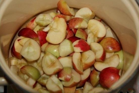 Складываем яблоки в кастрюлю с водой