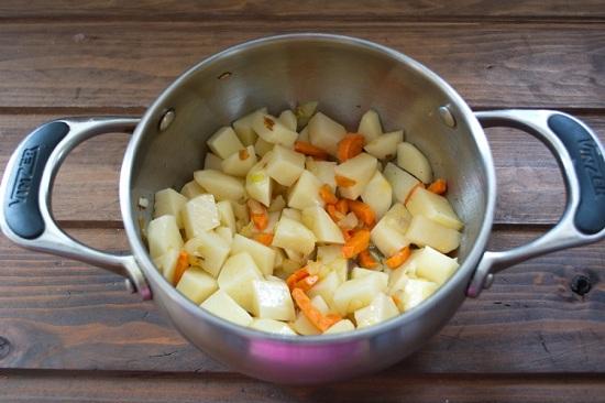 Выложим в кастрюлю картофель
