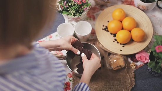 Разламываем плитку горького шоколада на кусочки