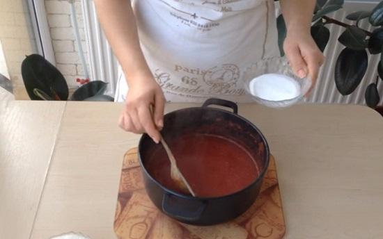томатная масса закипит, выключим