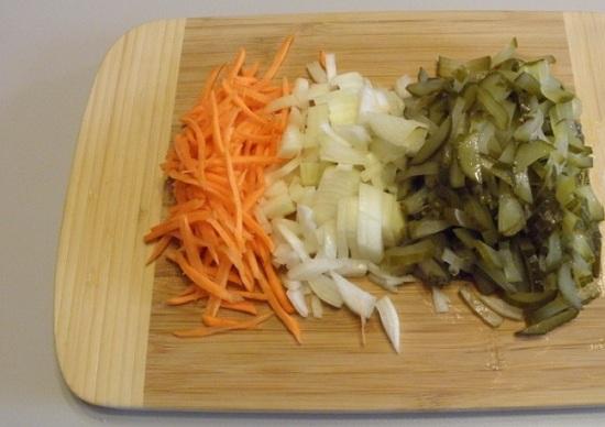 Шинкуем тоненькой соломкой морковь и огурцы