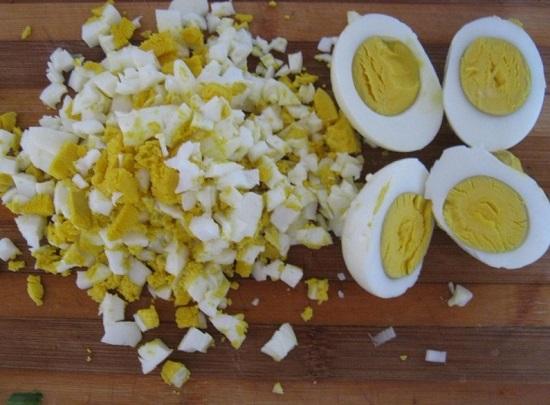 Отварные куриные яйца очищаем