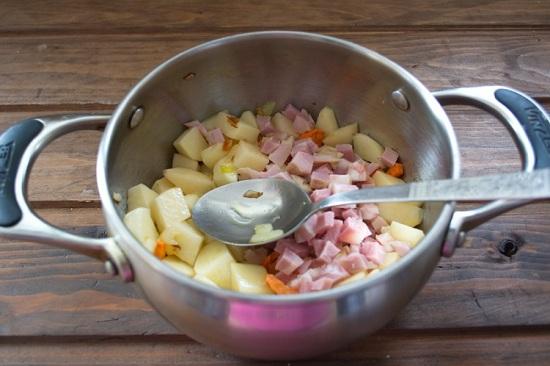 Колбасу нарезаем небольшими кубиками