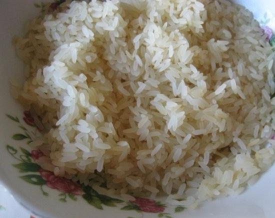 Рисовую крупу промываем