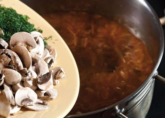 выложить в солянку свежие грибы