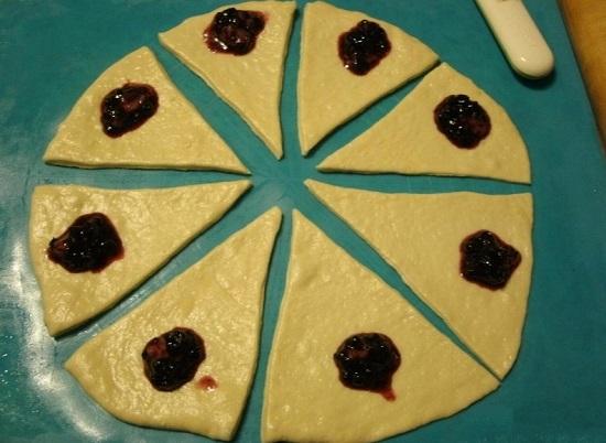 Разрезаем тесто и накладываем варенье