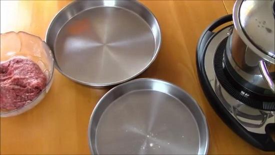 Берем два удобных блюда