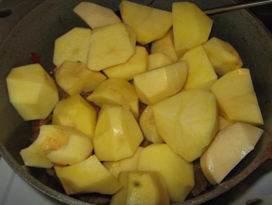 режем картофель и выкладываем в казанок