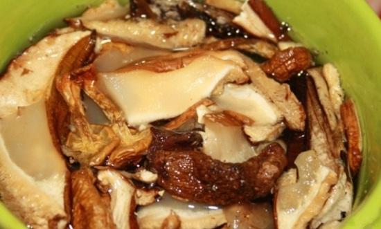 Сушеные грибочки заливаем холодной водичкой