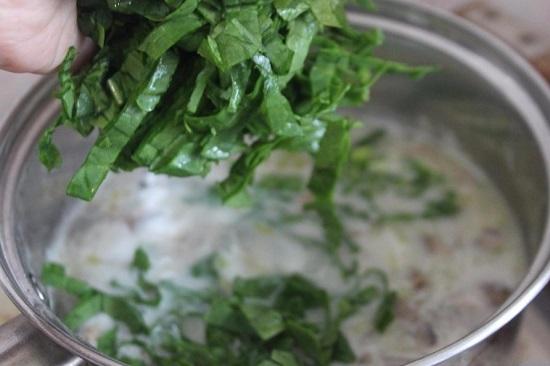 Шпинат режем ножом и добавляем в суп