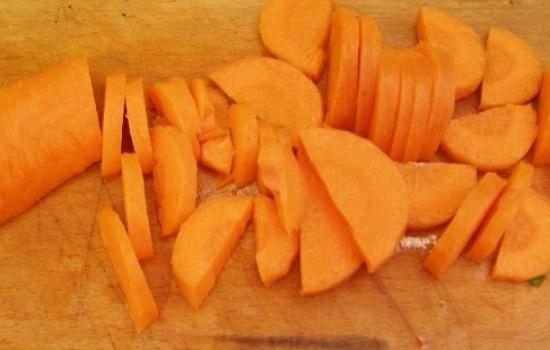 Морковь нашинкуем тоненькими кружками