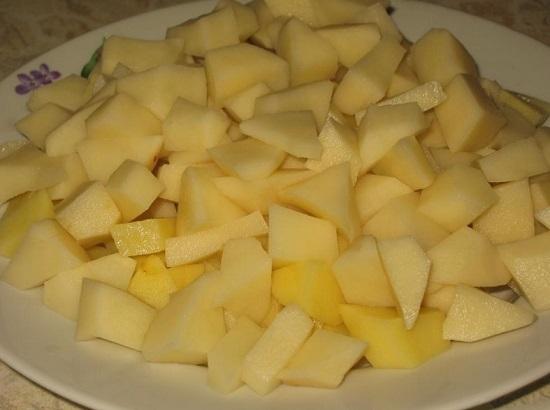 Картофельные клубни очищаем, вымываем