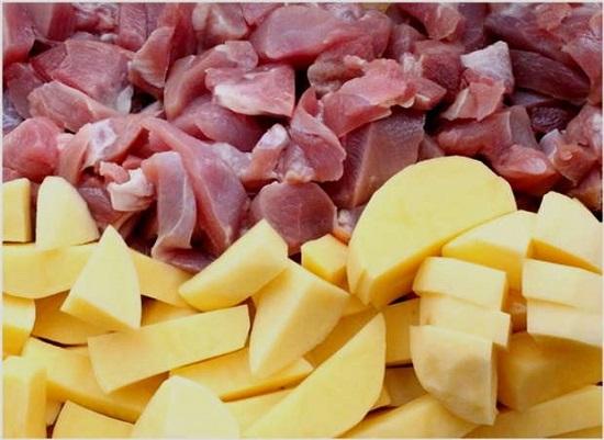 Картофельные клубни очищаем и шинкуем