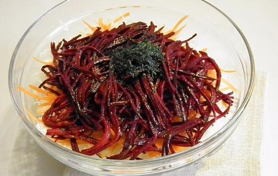 В салатницу выложим шинкованные овощи и укроп