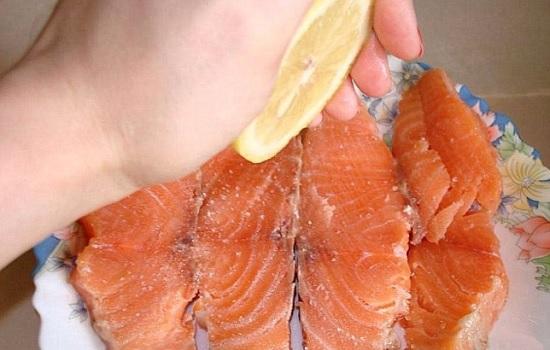 Подготовим рыбку: отделим филе от кожицы