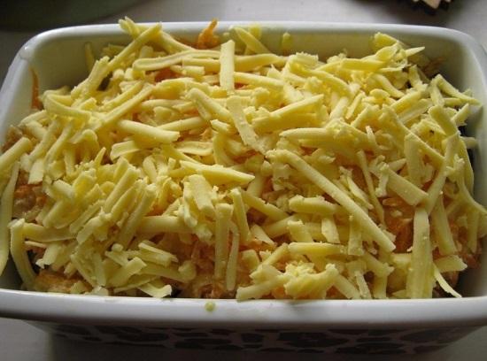 Посыпаем все тертым на крупной терке сыром