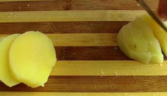 Картофелины отвариваем в кожуре