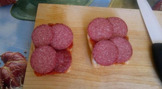 колбаса на бутерброде
