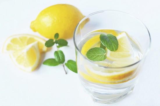 вода с лимонным соком без сахара