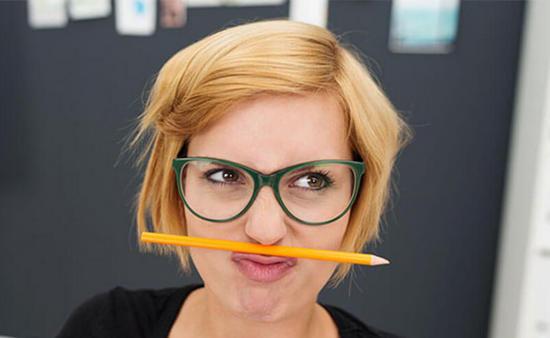 карандаш между губами и носом держать