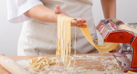 быстро готовится паста карбонара со сливками и беконом
