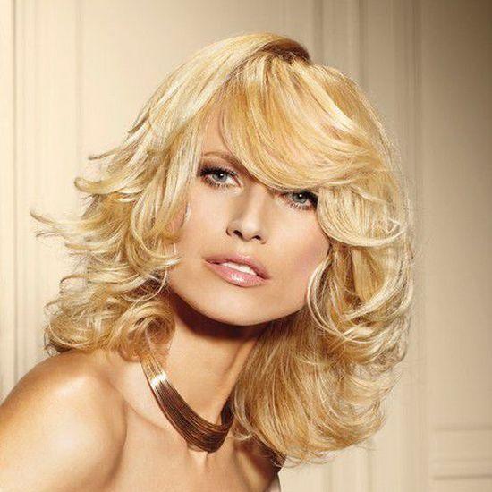 блондинка со стрижкой на средние волосы