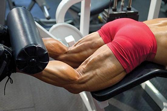 Упражнения на бицепс бедра в тренажерном зале