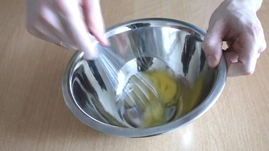 тщательно взбиваем яйцо в пенную массу