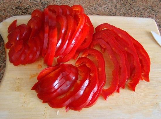 болгарский перец измельчаем полосками
