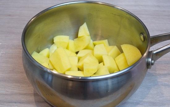 Чистим картофель и шинкуем маленькими кубиками