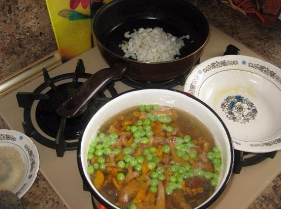 Выкладываем в супчик пассерованные овощи