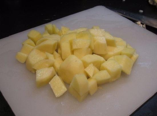 Нарезаем картофелины