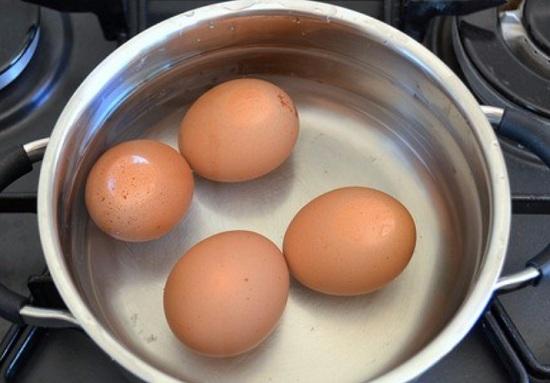 Отварим вкрутую яйца