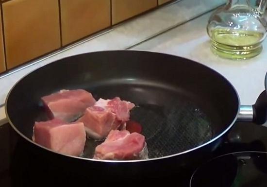 Обжарим свиную мякоть на масле