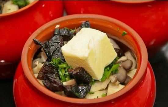В горшочки выложим говядину с картофелем и луком