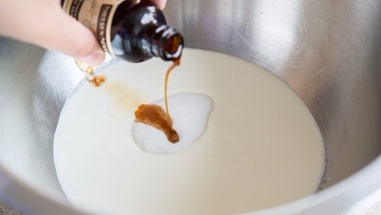 Вводим пудру сахарную и экстракт ванили