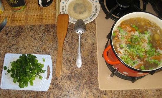 Солим суп и приправляем молотым перчиком