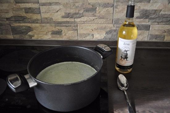 добавляем сухое белое вино в суп