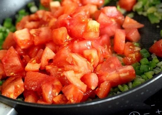 выложим в сковороду томаты
